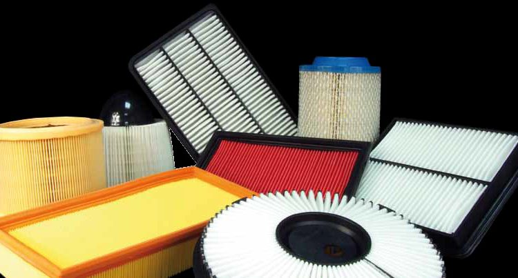 Varios filtros de papel plegado